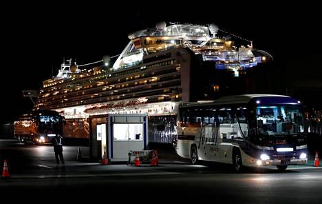 Bussi kuljetti hongkongilaisia matkustajia pois Jokohaman edustalla olevasta Diamond Princess -risteilyaluksesta 21. helmikuuta. Aluksella vahvistettiin yhteensä 712 tartuntaa, joista 11 vaati sairastuneen hengen.