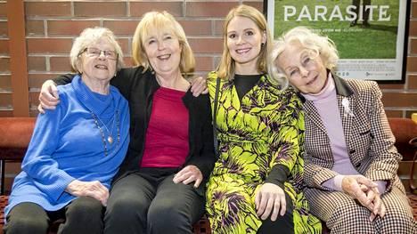 Saara Pakkasvirta (vas.), Leena Uotila, Pamela Tola ja Seela Sella olivat Tampereella tapaamassa Teräsleidit-elokuvan näytöksessä olleita katsojia.