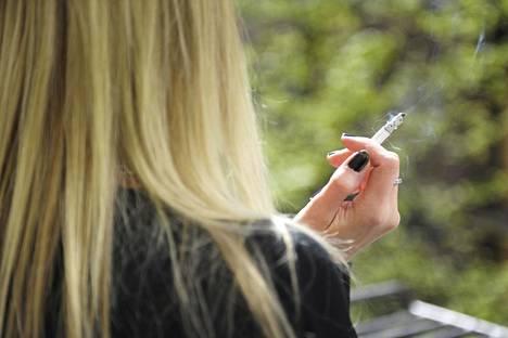 Moni tarttuu tupakkaan uudelleen huomatessaan painonsa nousevan tupakoinnin lopettamisen jälkeen, kertoo tutkimus.