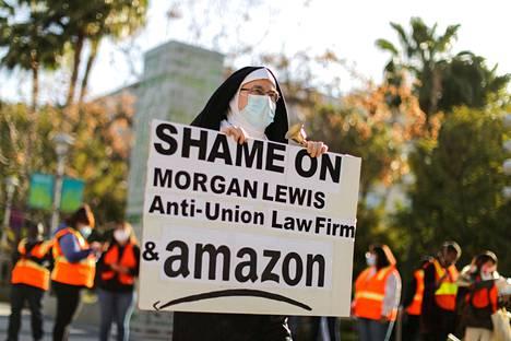 Amazonin työntekijöiden järjestäytymisen puolesta osoitettiin mieltä monissa kaupungeissa. Jon Davidson osoitti mieltä Los Angelesissa maaliskuun lopulla.
