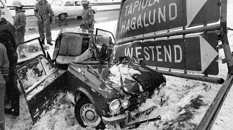 Arkistokuva vuodelta 1973 Espoossa sattuneesta onnettomuudesta, jossa Alfa Romeo on tuhoutunut pahoin. Palokunta on ilmeisesti leikannut katon auki, jotta uhrit on saatu ulos.
