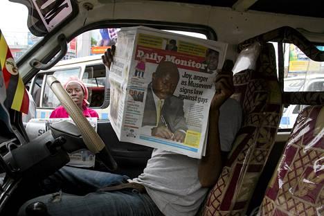 Taksinkuljettaja luki The Daily Monitor -lehteä Ugandan pääkaupungissa Kampalassa tiistaina.