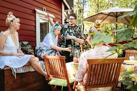Tessa Toni ja Henri Waaramaa kutsuivat ystäviä mökilleen Kivinokassa. Kesä on pariskunnan ensimmäinen omalla pikkutorpalla.