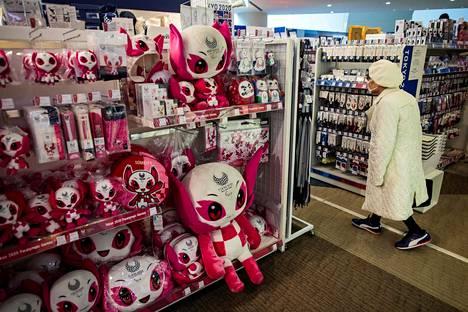 Tokion 2020 paralympialaisten maskotit odottivat ostajiaan 25. maaliskuuta.
