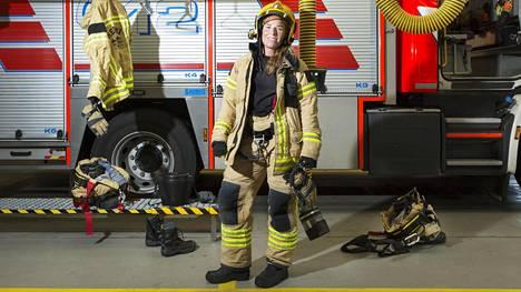 Palomies Sanna Elonen meni ensimmäiselle keikalleen paloautolla 20 metriä pillit päällä.