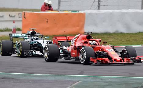 Valtteri Bottas seurasi Mercedeksellään Ferrarin Sebastian Vetteliä tiistaina kuin hai laivaa.
