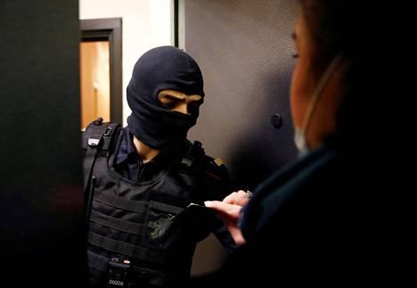Asianajaja Svetlana Davydova näytti poliisille dokumenttejaan Aleksei Navalnyin asunnolla Moskovassa keskiviikkona kotietsinnän aikana.