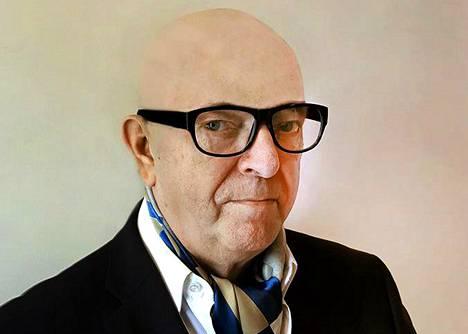 """Paavo Väyrynen Urho Kekkosena. """"Kaljun saa tehdyksi peruukilla"""", Väyrynen kertoo kesäteatterin verkkosivuilla."""
