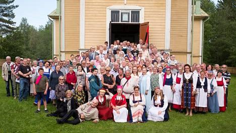 Suistamon laulujuhlien yleisöä ja esiintyjiä viime kesänä Pyhän Nikolaoksen kirkon edustalla.