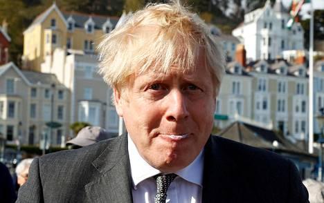 Britannian pääministeri Boris Johnson nautti maanantaina jäätelön vierailullaan Walesissa.
