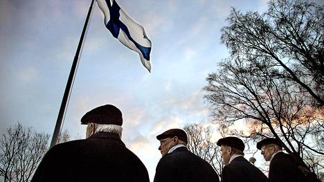 Lipunnostotilaisuus Tähtitorninmäellä.
