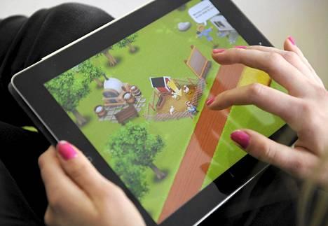 Tyttö pelaa Supercell:in Hay Day -peliä iPadillä.