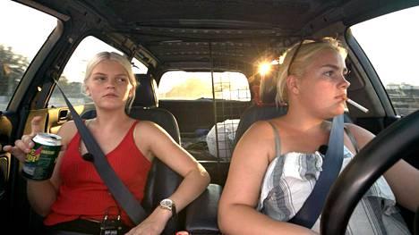 Parhaat kaverit Sabrina (vas.) ja Cecil tavataan tanskalaisessa Vaihde vapaalle -sarjassa. Kaksikon menneisyydessä painaa onnettomuus, johon he kruisaillessaan joutuivat. Molemmat loukkaantuivat pahasti ulosajossa.