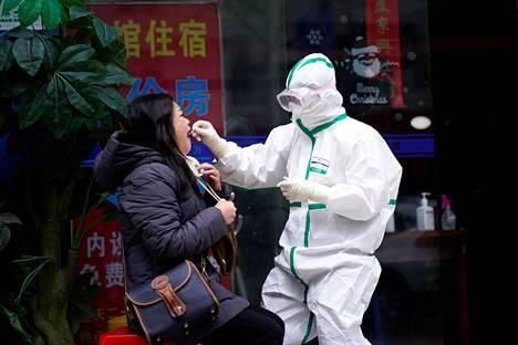 Wuhan on käynnistänyt laajat vasta-ainetestit. Reutersin toimittaja Brenda Goh testattiin koronaviruksen varalta Wuhanissa maaliskuun lopulla.