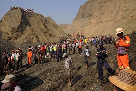 Paikalliset kerääntyivät kaivoksen luo tiistaina.