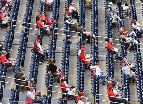 Washington Nationalsin ja Atlanta Bravesin ottelussa pidettiin huolta turvaväleistä.