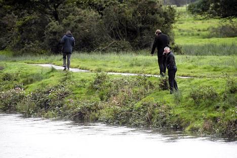 Poliisit ja rannikkovartiosto etsivät kadonnutta tyttöä joen läheltä Walesissa.