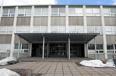 Helsingin opetusvirasto erotti opettajan, joka poisti oppilaan Alppilan yläasteen ruokalasta voimakeinoja käyttäen.