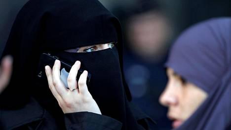 YK:n ihmisoikeuskomitean mukaan Ranskan päätös kieltää niqabin käyttö julkisissa paikoissa rikkoo ihmisoikeuksia. Kuva on otettu Pariisissa syyskuussa.