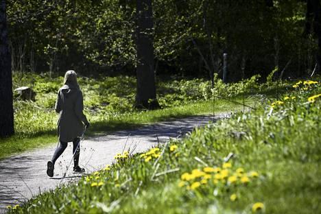 Ulkoilija Kruunuvuorenrannassa Helsingissä helatorstaina.