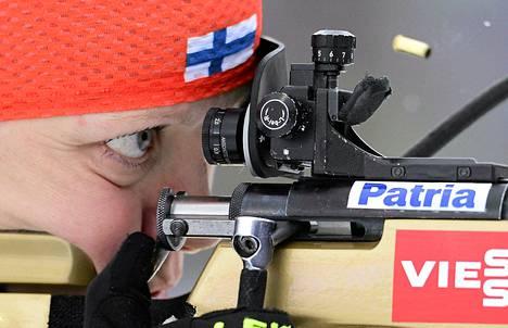Kaisa Mäkäräinen oli neljän sakkokierroksen hidastamana seitsemäs maailmancupin 12,5 kilometrin yhteislähtökilpailussa Ruhpoldingissa.