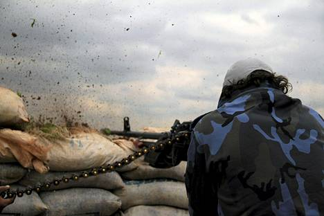 Al-Jabha al-Shamijan kapinallistaistelija ampui tiistaina etulinjassa Isisin taistelijoita Maren kaupungin ulkopuolella Alepposta pohjoiseen Syyriassa.