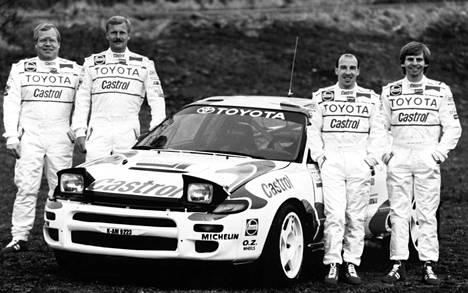 Kun Toyota palaa MM-ralleihin tehdastallina vuonna 2017, sen uskotaan piristävän lajia. Vuonna 1993 Juha Kankkunen (2. vas.) voitti Toyotalla maailmanmestaruuden. Kuvassa lisäksi kartturi Juha Piironen (vas.), Didier Auriol (2. oik.) ja hänen kartturinsa Bernard Occelli.