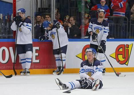 Suomen pelaajat olivat pettyneitä tappiollisen ottelun jälkeen.