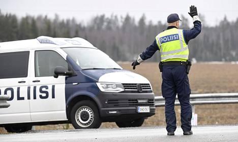 Poliisit tarkastivat kulkulupia tarkastuspisteellä Uudenmaan rajalla valtatie 6:lla Lapinjärvellä 6. huhtikuuta.