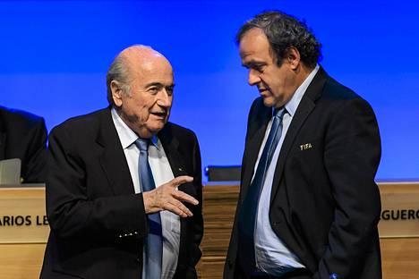 Fifan puheenjohtaja Sepp Blatter puhui ja Uefan Michel Platini kuunteli keskiviikkona Fifan kokouksessa.