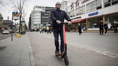 Torniolainen Juha Kadenius innostui Helsingin-lomallaan hyppäämään potkulaudan kyytiin.