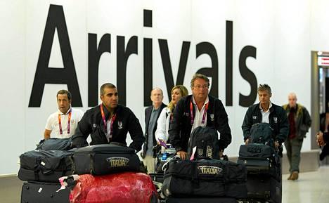 Italian ampumajoukkueen urheilijat saapuivat Heathrown lentokentältä Lontooseen maanantaina.