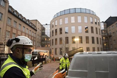 Sisäpiha on uusittu ja sitä hallitsee arkkitehtonisesti uudisrakennuksen puoliympyrän muotoinen sivu, kertoo vastaava mestari Ari Tikka NCC:ltä