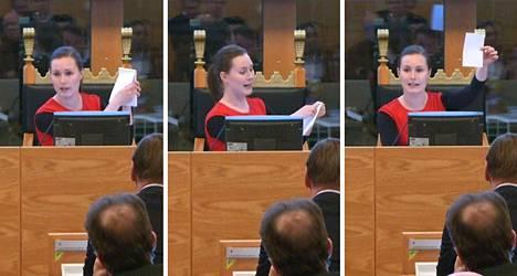 Tampereen valtuuston puheenjohtaja Sanna Marin demonstroi, miten äänestyslappu repäistään irti vihkosta.