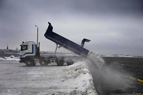 Lumikuormaa kipattiin mereen Hernesaaren lumenkaatopaikalla keskiviikkona.