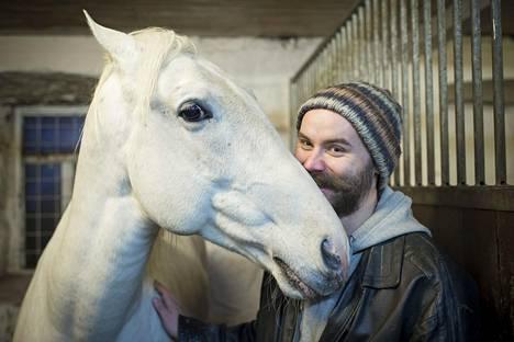 Vuonna 2013 kuvataiteilija Eero Yli-Vakkuri sai 30000 euroa Koneen säätiöltä performanssihankkeeseen, jossa hän ratsastaa kaverinsa kanssa Helsingistä Turkuun.