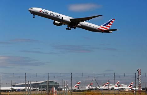 American Airlines -lentoyhtiön kone nousi ilmaan Heathrown lentokentältä Lontoosta heinäkuussa 2014.