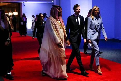 Saudi-Arabian kruununprinssi Mohammed bin Salman tapasi presidentti Donald Trumpin vävyn Jared Kushnerin ja presidentin tyttären Ivanka Trumpin toukokuussa 2017 Saudi-Arabian pääkaupungissa Riadissa.