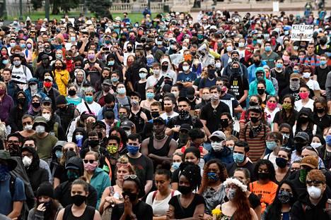 Kymmenettuhannet osoittivat mieltään eri puolilla Yhdysvaltoja lauantaina. Kuvassa mielenosoittajia kokoontuneena Denverissä, Coloradossa.