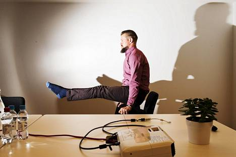 Koska liikunnassa pitää olla iloa, Marko Suomi on kehittänyt sosiaalisessa mediassa levinneen toimistoakrobatian.