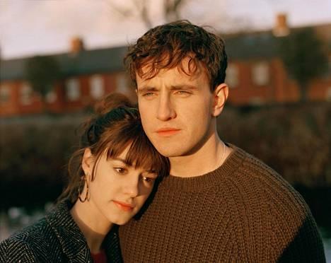 Normaaleja ihmisiä -sarjan pääpari eli koululaisista opiskelijoiksi varttuvat Marianne (Daisy Edgar-Jones) ja Connell (Paul Mescal).