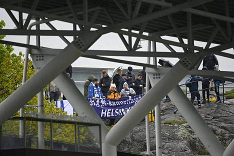 HJK:n kannattajat seurasivat kotiottelua FC Lahtea vastaan Olympiastadionin kalliolla. Otteluun ei päästetty katsojia koronaviruspandemiasta johtuvien yleisörajoitusten vuoksi.