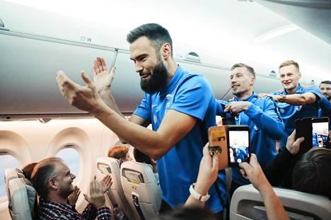 Suomen maajoukkue juhli lentokoneessa EM-turnauspaikkaa kapteeni Tim Sparvin johdolla paluumatkalla Ateenasta Helsinkiin 18. marraskuuta 2019.