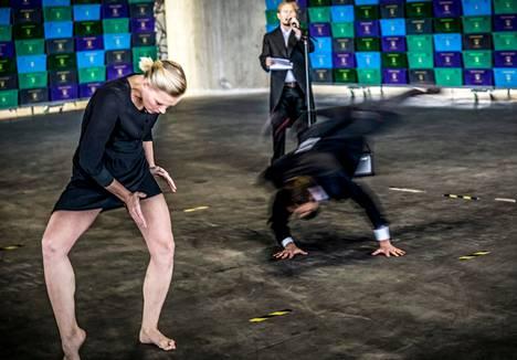 Tanssija Auri Ahola, runoilija Eino Santanen (takana) ja koreografi Valtteri Raekallio törmäyttävät virtuoosimaisen nykytanssin ja intensiivisen live-runouden autiossa teollisuustilassa.
