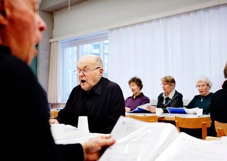 Helsinkiläinen Tuomo Harjunen kävi torstaina Kampin palvelukeskuksessa iltapäivän laulutuokiossa.