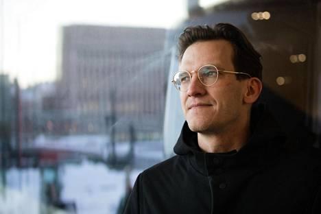 Tutkija Aleksi Knuutila asuu Lontoossa ja Helsingissä. Hän on väitellyt tohtoriksi University College Londonin digitaalisen antropologian ohjelmasta.