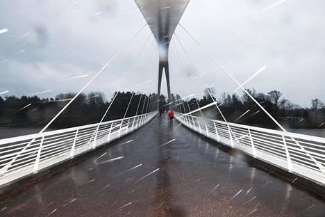 Kova tuuli riepotteli Etelä-Suomea myös torstaina. Kuvassa Isoisänsilta Kalasatamassa Helsingissä.