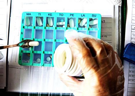 Kotihoito käy muun muassa antamassa lääkkeitä ja muuta hoitoa ihmisten kotona.
