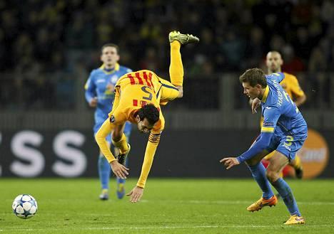 Barcelonan Sergio Busquets tekee kuperkeikan ottelussa Borisovia vastaan Mestarien liigan pelissä Valko-Venäjän Minskissä.