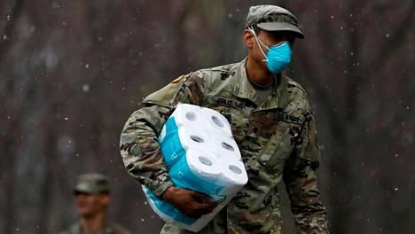 Sotilas tarvikkeineen New Rochellen kaupungissa New Yorkin osavaltiossa 23. maaliskuuta. New Rochellessa on ollut ainakin 775 koronavirustartuntaa.